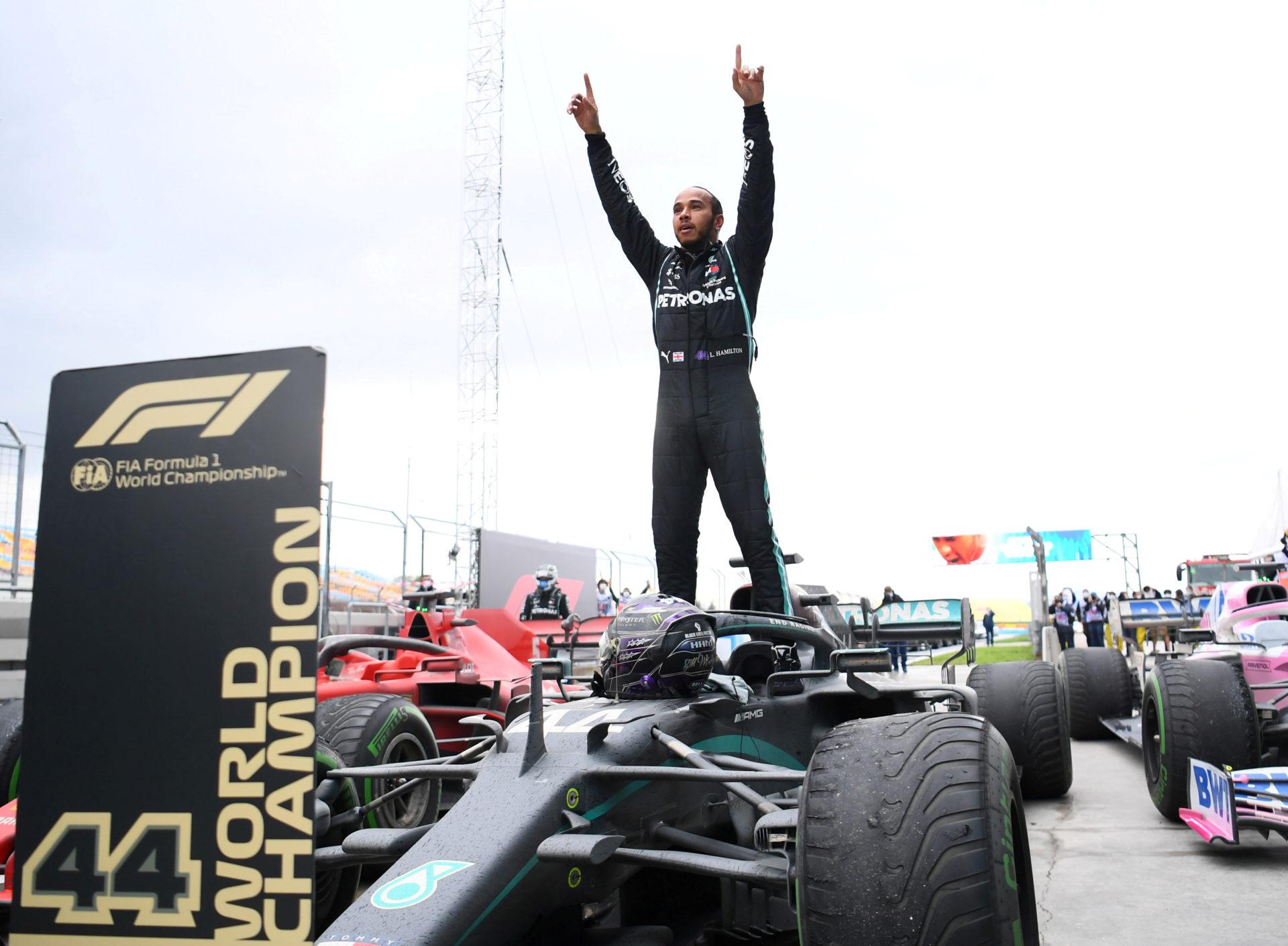 "Ferrari's Sainz Doesn't Fear Mercedes: ""I Don't See Lewis Hamilton Inside the Car"""