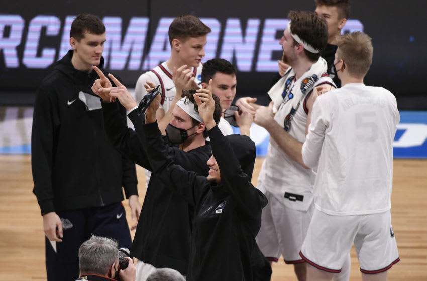 Referee Bert Smith collapses during Gonzaga-USC Elite Eight game